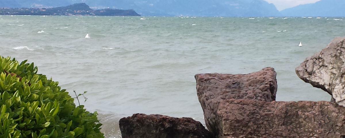 Visitare il lago di Garda con la barca a noleggio